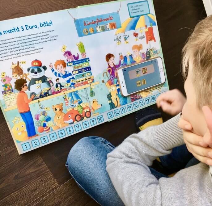 Junge liest Carlsen Buch mit Vorschulapp